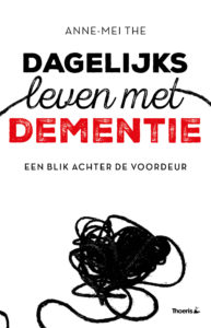 Hoogleraar Anne-Mei The biedt op 10 november, Dag van de Mantelzorger, haar boek 'Dagelijks leven met dementie' aan Minister De Jonge van VWS