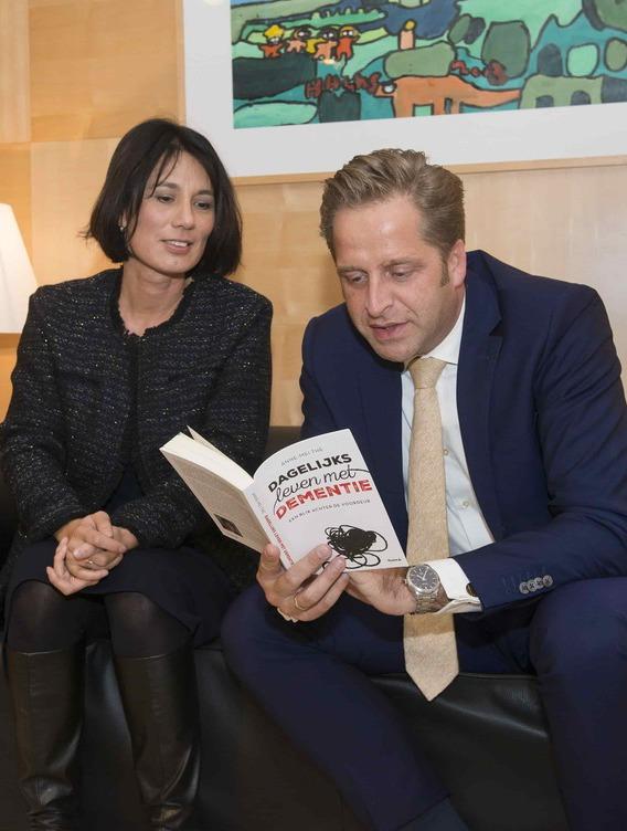 Minister De Jonge (VWS) nam boek 'Dagelijks leven met dementie' van Anne-Mei The in ontvangst